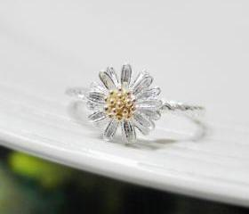 Tiny Daisy ring 7 Size with twisted ringband in silver