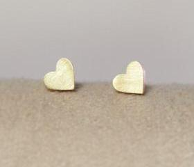 Tiny heart earring in gold