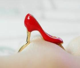 Red shoe ring in gold 6.5 US size 